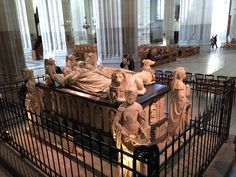 Dans la cathédrale -le tombeau de François II (Le lion, le chien et les trois anges et les 4 vertus)