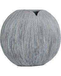 Polyresinová váza oválného tvaru ve světlém provedení. Vyrytý vodorovný vzor, má jemnou bílou texturu.