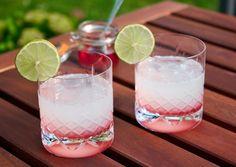 Rabarber Gin Hass - Læskende og smuk drink med rabarber og gin Drinks Med Gin, Cocktail Drinks, Cocktails, Juice Smoothie, Smoothies, Always Hungry, Smuk, Glass Of Milk, Summer Time
