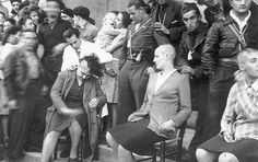 Nazi supporters in France after the fall of the Germans.(C) Mourning the Ancient Punishment Haircut, Bald Head Women, War Photography, German Girls, Mystery Of History, Antique Photos, World War Two, Short Hair Cuts, Hair