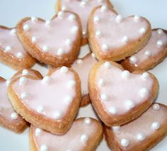 Et si pour la Saint-Valentin on fessait des petits biscuits sablés ? Un cadeau gourmand que vous pourrez offrir à votre moitié !  (et si vous n'en avez pas, vous pouvez quand même les faire car ils sont très bons :p). Pour rester dans l'esprit Saint-Valentin...