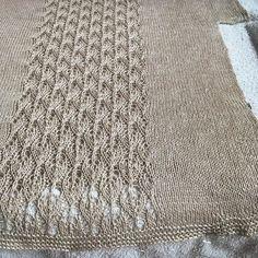 Quien no tiene uno de esos proyectos que se eternizan?  . No es que haya sido un proyecto aburrido sino que ha coincidido con una época en la que apenas he podido tejer pero casi después de 2 meses en las agujas  mi camiseta Kinton está lista! A ver si esta ola de calor sirve para al menos que se seque pronto y la pueda estrenar esta noche #necesitounemojidededoscruzados . #lana #lanas #yarn #wool #lino #linen #flax #lin #kalinkalinen #kintontee #appalachianknits #imakemyownclothes…