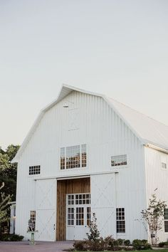 The modern farmhouse style isn't just for rooms. The farmhouse exterior design totally reflects the whole style of the home and the family tradition also. It totally reflects the entire style… White Sparrow Barn, White Barn, Rustic White, Rustic Barn, Rustic Industrial, Houses Architecture, Architecture Design, Farmhouse Architecture, Metal Building Homes