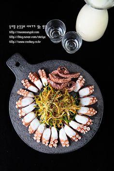 최근에 살아있는 문어를 접할 기회가 있었는데요, 문어를 삶는 과정부터 요리하는 과정까지 해보니, 저는 ... Canapes Recipes, Sushi Recipes, Asian Recipes, Light Recipes, Wine Recipes, Cooking Recipes, Food Design, Japanese Food Sushi, K Food