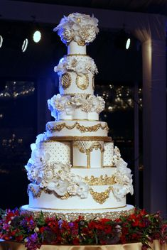 15 Luxe Wedding Cakes Too Beautiful To Eat! Huge Wedding Cakes, Extravagant Wedding Cakes, Luxury Wedding Cake, Dubai Wedding, Luxe Wedding, Elegant Wedding Cakes, Elegant Cakes, Beautiful Wedding Cakes, Gorgeous Cakes