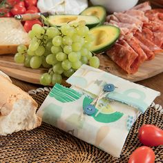 Reusable food wraps are a great eco-friendly alternative to plastic food wraps such as cling film and snap-lock bags and Bees Wax Wraps, Bees Wrap, Diy Beeswax Wrap, Reusable Food Wrap, Diy Cadeau Noel, Eco Friendly Cleaning Products, Wrap Recipes, Healthy Foods To Eat, Sandwich Bags