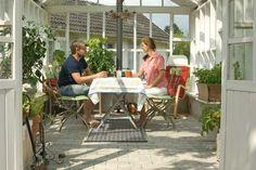 For familien er glashuset ikke bare et orangeri. Det er et sted at nyde haven på alle tider af året. All Kinds Of Everything, Outdoor Tables, Outdoor Decor, Winter Garden, Varanasi, Outdoor Furniture Sets, Diy And Crafts, Patio, Inspiration