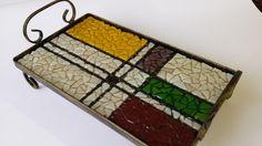 Bandeja de ferro executada em mosaico de blister ( cacos de vidro bizotados). R$ 200,00