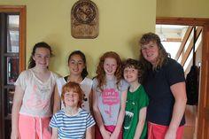 Los estudiantes se alojan con familias irlandesas cuidadosamente seleccionadas que viven en distintas zonas residenciales  o de pequeños pueblos.