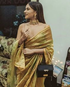 Style your saree the way Komal Pandey does wear the pallu in a flowy off shoulder style! Indian Fashion Dresses, Dress Indian Style, Indian Designer Outfits, Saree Draping Styles, Saree Styles, Indian Wedding Outfits, Indian Outfits, Komal Pandey, Lehenga Choli