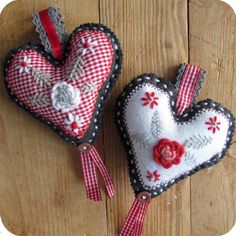 Tirol Embroidery heart tutorial. In Dutch with chart.