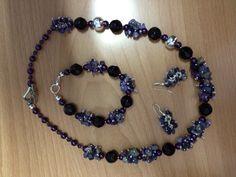 Conjunto de collar, pulsera y aretes elaborados con piedra picada y a accesorios color plata.
