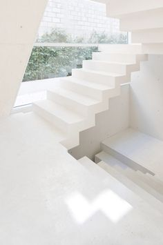 :: STAIRS :: simple yet beautiful detailing #stairs #white