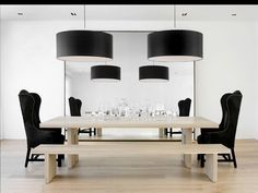 Mesa de Roble natural. Combinación de butacon negro y banco.