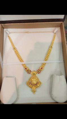 Gold Necklace Simple, Gold Jewelry Simple, Short Necklace, Jewelry Design Earrings, Gold Earrings Designs, Indian Gold Necklace Designs, Gold Haram, Gold Temple Jewellery, Gold Choker