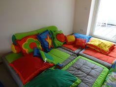 Gezellige snoezelruimte met  zachte kussens in allerlei kleuren en vormen. - Kinderdagverblijf 't Kaboutertje OCMW Zedelgem