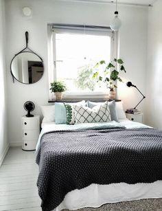Pour que l'espace semble moins exigu placez votre lit près d'une fenêtre et donnez un coup de vitalité à la chambre en plaçant des végétaux