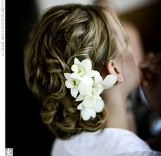 So simple and pretty--nat bat would rock this look-- wax flowers in blue and white or clover blossoms