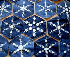 Neat way to upcycle old jeans and buttons. Denim and button snowflakes for ornaments, pillows, quilts Jean Crafts, Denim Crafts, Snowflake Quilt, Snowflakes, Snowflake Embroidery, Button Art, Button Crafts, Blue Jean Quilts, Denim Quilts