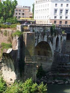 --Ponte Rotto-- O Ponte Rotto (Pons Aemilius), é a ponte de pedra máis antiga de Roma, datada no ano 142 a.C., aínda que se pode considerar aínda máis antiga xa que, antes da súa construcción, no seu lugar había unha ponte de madeira. A Ponte Rotto foi instalada con seis arcos de pedra, aínda que máis tarde, Augusto restaurouna completamente cun núcleo de formigón. Tras varias reparacións, a gran enchente de 1598 levou a metade da ponte, a cal non volveu ser reconstruida.