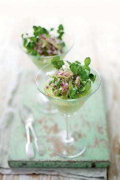 Het is lente! Aspergemousse met parmaham-waterkerssalade. Recept op elleeten.nl | ELLE Eten