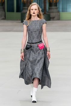 Fashion Week trends report: Resort 2020 Shannon Bender N. Fashion Week trends report: Resort 2020 Chanel resort 2020 fashion week trends resort vogue a touch of metallic Chanel Fashion Show, Trend Fashion, Fashion Week, Fashion 2020, Paris Fashion, Runway Fashion, Womens Fashion, Fashion Design, High Fashion
