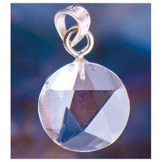 925 Sterling zilver. De sterke beschermende krachten van het pentagram wordenversterkt door de kracht en helderheid van bergkristal. Ø15 mm