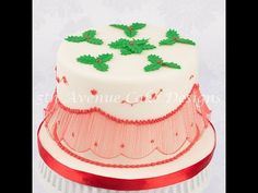 Master the art of royal icing Australian Bridgeless String-Work with Bobbie Noto Cake Decorating Techniques, Cake Decorating Tutorials, Cookie Decorating, Decorating Supplies, Christmas Cake Decorations, Holiday Cakes, Christmas Cakes, Fondant, Royal Icing Cakes