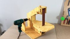 Building a homemade belt sander, powered by a drill. Simple, cheap and usefull. it's made of plywood. You can find all the measurements at the end of the vid...