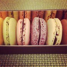 Torna mio marito da Parigi e con lui i #macarons!  #my love #myhusband #sweetness #paris #frenchmoments #natasciapane #lucaoberti