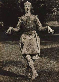 Eugène Druet, Vladislav Nijinski. La Danse Siamoise des Orientales, 1910.