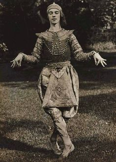 rrosehobart:  Eugène Druet, Vladislav Nijinski. La danse siamoise des Orientales, 1910 (posted 11/24/12)