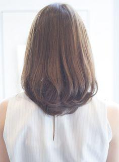 ハネやすいミディアムを、パーマでまとまりやすく丸みのある愛されシルエットに!!直毛の方は自然に柔らかく見えるようになるし、ペタンとしやすい方はボリュームが出るし、クセの気になる方はストレートとも一緒に出来て扱いやすさ抜群です^^きつく見られやすい方もすごく優しいイメージになるのでオススメですよーー!