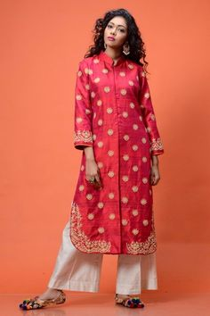 This Classy magenta raw silk jacket with beige embroidery all over teamed up with white pants redefines the deep rooted notion of 'simple being beautiful' Pakistani Dresses 2017, Indian Dresses, Indian Outfits, Kurta Designs, Blouse Designs, Dress Designs, Dress Over Pants, Kurta Style, Look Short
