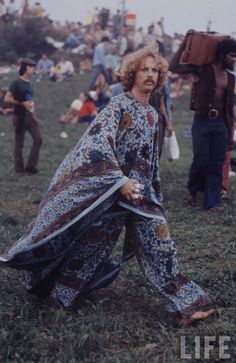 Never has there been a music festival with as much infamy as Woodstock. The Woodstock Music Festival of 1969 has become an icon of the hippie counterculture. 1969 Woodstock, Festival Woodstock, Woodstock Hippies, Hippie Woodstock, Woodstock Fashion, Woodstock Music, Woodstock Outfit, Hippie Style, Hippie Love