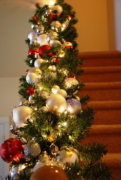 Beautiful Christmas Banister - she gives good simple directions. Made with two garlands, lights, and assortment of ornaments. Christmas Stairs, Noel Christmas, Merry Little Christmas, Winter Christmas, Christmas Wreaths, Christmas Crafts, Christmas Garland With Lights, Rustic Christmas, Grapevine Christmas