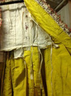 Auction House Coutau-Bégarie - Robe à la française, époque Louis XVI, toile de coton imprimée à la planche de bois en noir et polychromie à décor de rameaux, guirlandes ondulantes de fleurettes et bouquets noués de roses et oeillets. Manteau à traîne à plis Watteau à compères lacés; manches sabot mi-longues et devant garnis de falbalas du même tissu bordés dune crête frangée de sourcils de hanneton. Jupon coulissé sur la taille, 18th Century Dress, 18th Century Clothing, 18th Century Fashion, Types Of Gowns, Rococo Fashion, Louis Xvi, Historical Clothing, Feminine Style, Fashion History
