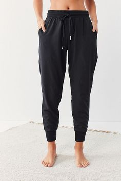 Shop pants for women at Urban Outfitters. Find flare pants, carpenter + utility pants, and joggers for going out or staying in. Boyfriend Jeans Damen, Baggy Jeans Damen, Jogger Pants Outfit, Black Jogger Pants, Black Joggers Outfit, Black Pants, Girls Joggers, Joggers Womens, Joggers For Women