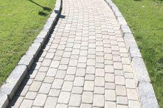 Klassikkokivet sopivat hyvin polkujen päällysteeksi ja taipuvat myös kaareviin muotoihin, kuten myös Laineri-reunakivi. http://www.rudus.fi/tuotteet/pihakivet-ja-maisematuotteet