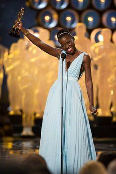 Lupita Nyong'o de 31 anos venceu o Oscar de melhor atriz coadjuvante por sua arrebatadora atuação em 12 Anos de Escravidão (2013). Com a premiação, Lupita entra para a história: ela é a primeira africana a ganhar um Oscar e ainda se junta a 14 outras atrizes que conquistaram a estatueta em sua primeira aparição nas telonas.