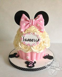 Birthday Cupcakes Mini Minnie Mouse Ideas For 2019 Minni Mouse Cake, Mickey And Minnie Cake, Bolo Minnie, Big Cupcake, Giant Cupcake Cakes, Rose Cupcake, Minnie Birthday, Birthday Cupcakes, Ladybug Cupcakes