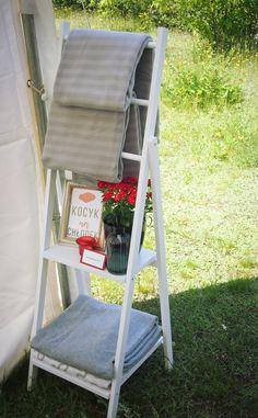 Kocyk na chłodek | Koce dla gości Ladder Bookcase, Ladder Decor, Shelves, Home Decor, Shelving, Decoration Home, Shelving Units, Interior Design, Home Interior Design