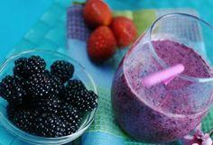 Sencillo y delicioso batido antioxidante. Se podría decir que los alimentos sanos contienen antioxidantes en casi todas sus presentaciones naturales, pero en este caso se pueden destacar la fresa, moras y arándanos que en la siguiente combinación contribuyen a un batido altamente saludable, rejuvenecedor y delicioso Las fresas, un fruto perteneciente a la familia de …