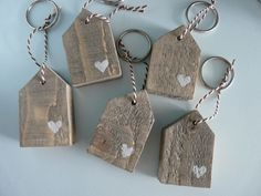 Schlüsselanhänger in Häuschenform – Keep up with the times. Driftwood Crafts, Wooden Crafts, Diy And Crafts, Arts And Crafts, Scrap Wood Projects, Craft Projects, Craft Gifts, Diy Gifts, Barn Wood