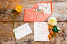 Todo mundo sabe que la primera imagen de tu boda queda de manifiesto en el diseño de las invitaciones de boda. Estas piezas impresas, aunque parecen indefensas, reúnen los elementos básicos de color, diseño, estilos tipográficos y los ornamentos necesarios para que tu día brille como nunca.