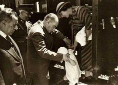 Mustafa Kemal Atatürk with a little child Turkish Military, Turkish Army, Republic Of Turkey, The Republic, Turkish War Of Independence, National Movement, The Turk, Braveheart, Great Leaders