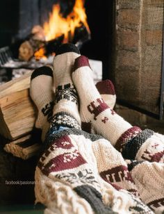 Dicke Socken an und ab vor dem Kamin. Was gibt es Schöneres im Winter? >> Warm and cozy sock pattern with both a striped version and a rustic fair isle version. Winter Time, Cozy Winter, Winter Socks, Winter Cabin, Cozy Cabin, Autumn Cosy, Autumn Feeling, Winter Coffee, Cozy Coffee
