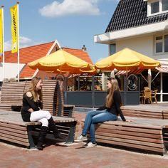 Zitelementen Tapis du Bois op het Graafseweg-plein in gemeente Wijchen. Street Furniture, Delft, Patio, Landscape, Outdoor Decor, Yard, Scenery, Terrace, Landscape Paintings