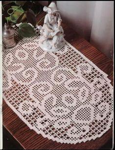 Filet crochet 'Oval Runner' - Free pattern and chart. Filet Crochet Charts, Crochet Motif, Crochet Doilies, Free Crochet, Crochet Patterns, Crochet Table Runner, Crochet Tablecloth, Crochet Books, Thread Crochet