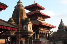 Eeuwenoude Hindoe tempels en Boeddhistische kloosters op het paleisplein (Durbar square) van Kathmandu, Nepal.